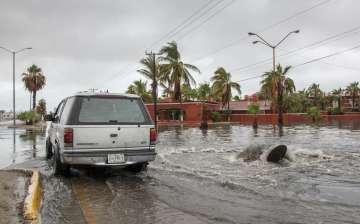 Lidia sigue recorrido en península Baja California y se mantiene alerta roja