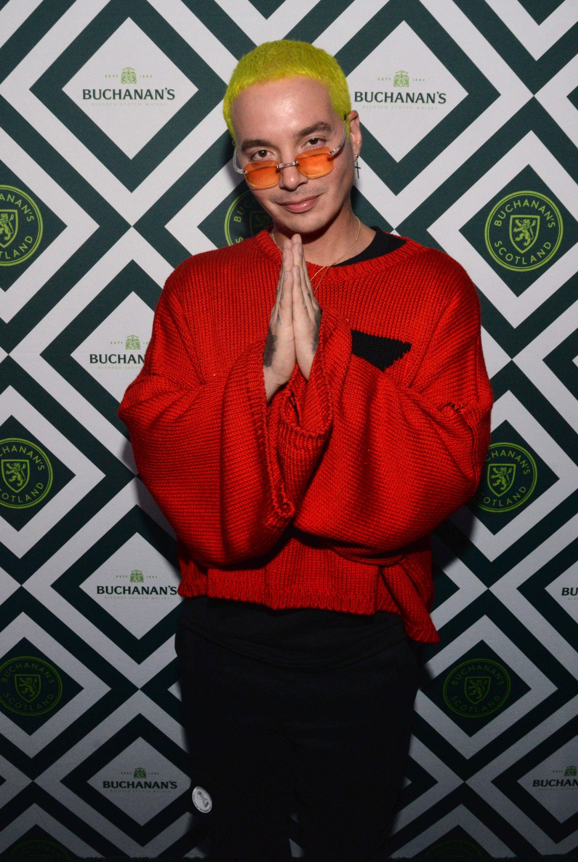 J Balvin quien posa en la alfombra verde de la fiesta de inicio del Grammy Latino
