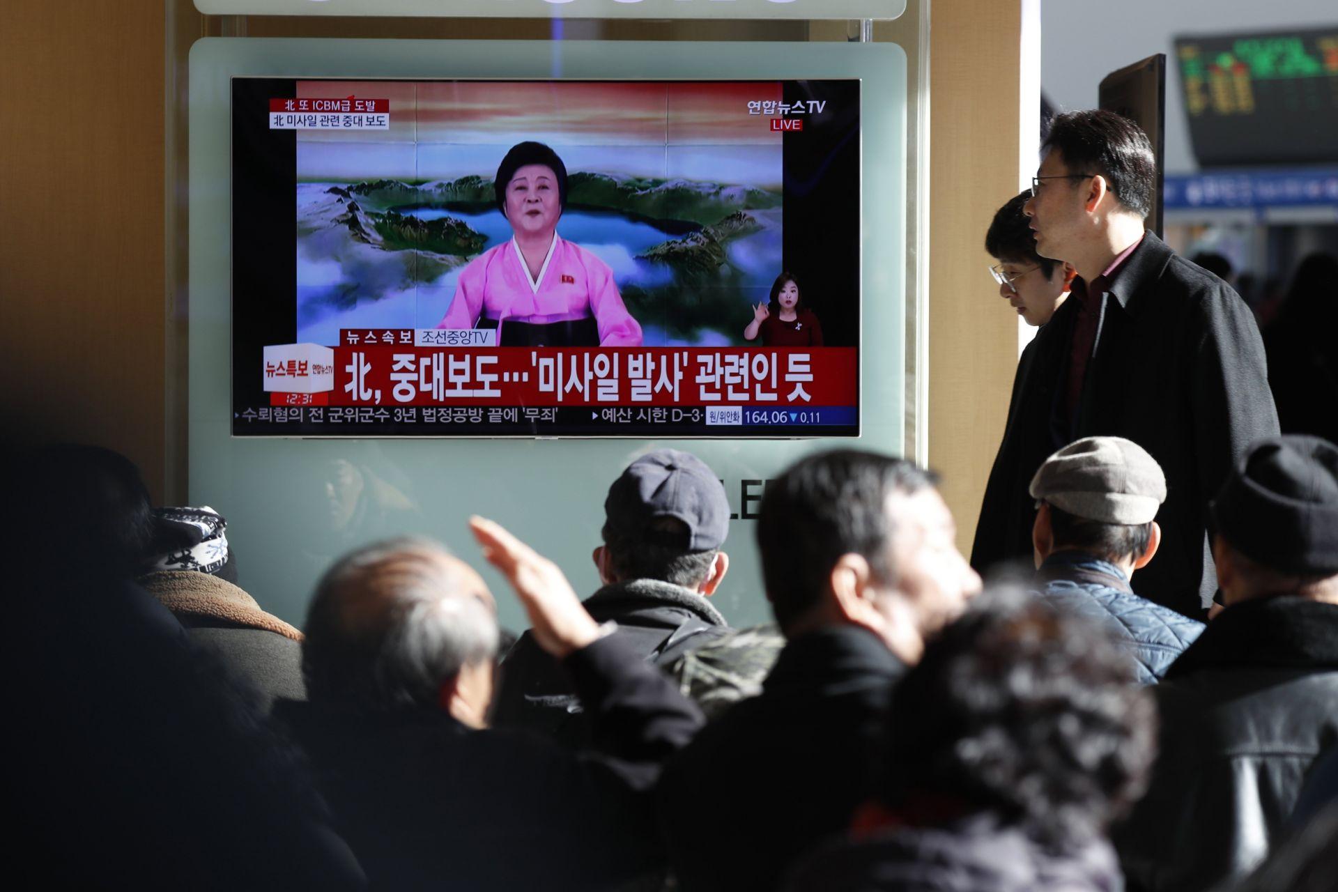 Surcoreanos ven un reportaje televisivo en vivo que muestra el anuncio especial de Corea del Norte de que ha probado con éxito un misil balístico intercontinental (ICBM)