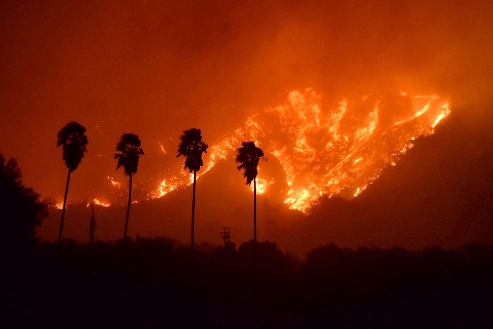Vista de un voraz incendio en el condado de Ventura, California, Estados Unidos