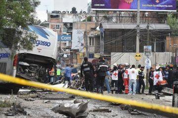 Choque de revolvedora contra varios vehículos deja al menos 15 heridos en