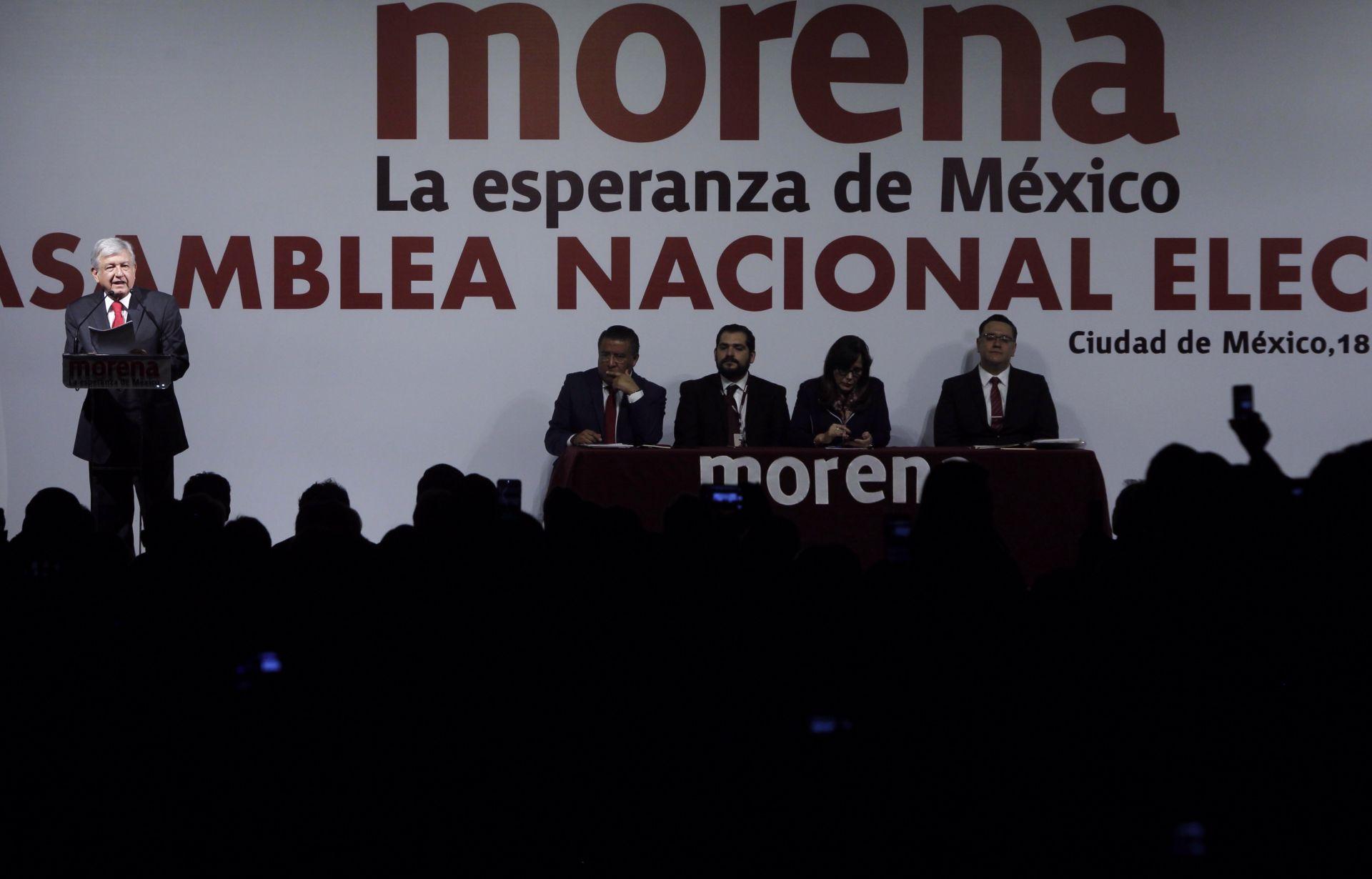 Andrés Manuel López Obrador habla durante su toma de protesta como candidato presidencial por el partido Movimiento Regeneración Nacional (Morena).