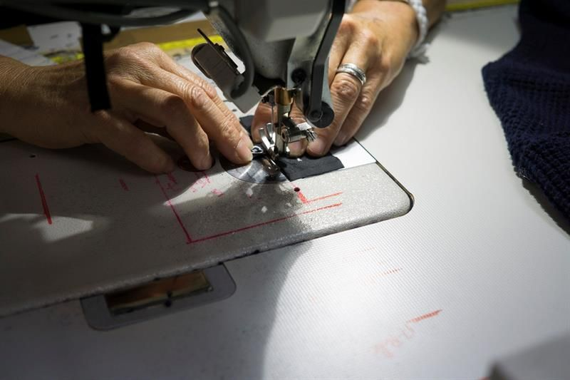 La joven marca francesa Hopaal, que fabrica prendas a base de ropa usada, retales de tela o botellas de plástico
