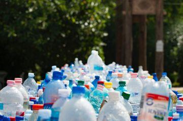 """Diseñan en laboratorio una enzima que se """"come"""" las botellas de plástico"""