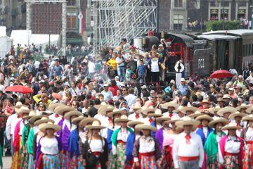 Campesinos intentan boicotear desfile de la Revolución Mexicana como protesta