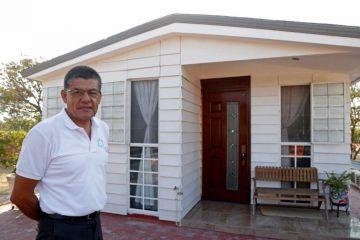 Plásticos contaminantes se transforman en casas ecológicas en Jalisco