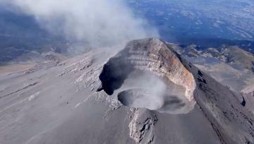 Actividad explosiva de volcán Popocatépetl aumenta dimensiones de cráter