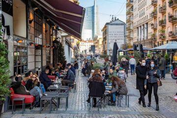 Italia evalúa restricciones para Navidad tras las multitudes en las calles el