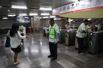 Metro de Ciudad de México regala un millón de caretas a usuarios contra COVID