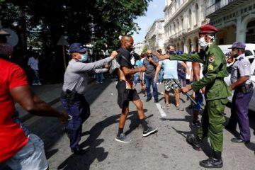 AI reporta represión policiaca, detenciones y militares en las calles en Cuba
