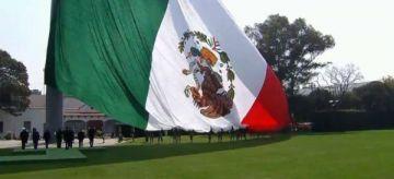 Izan al revés enseña mexicana en acto de Peña Nieto en Día de la Bandera