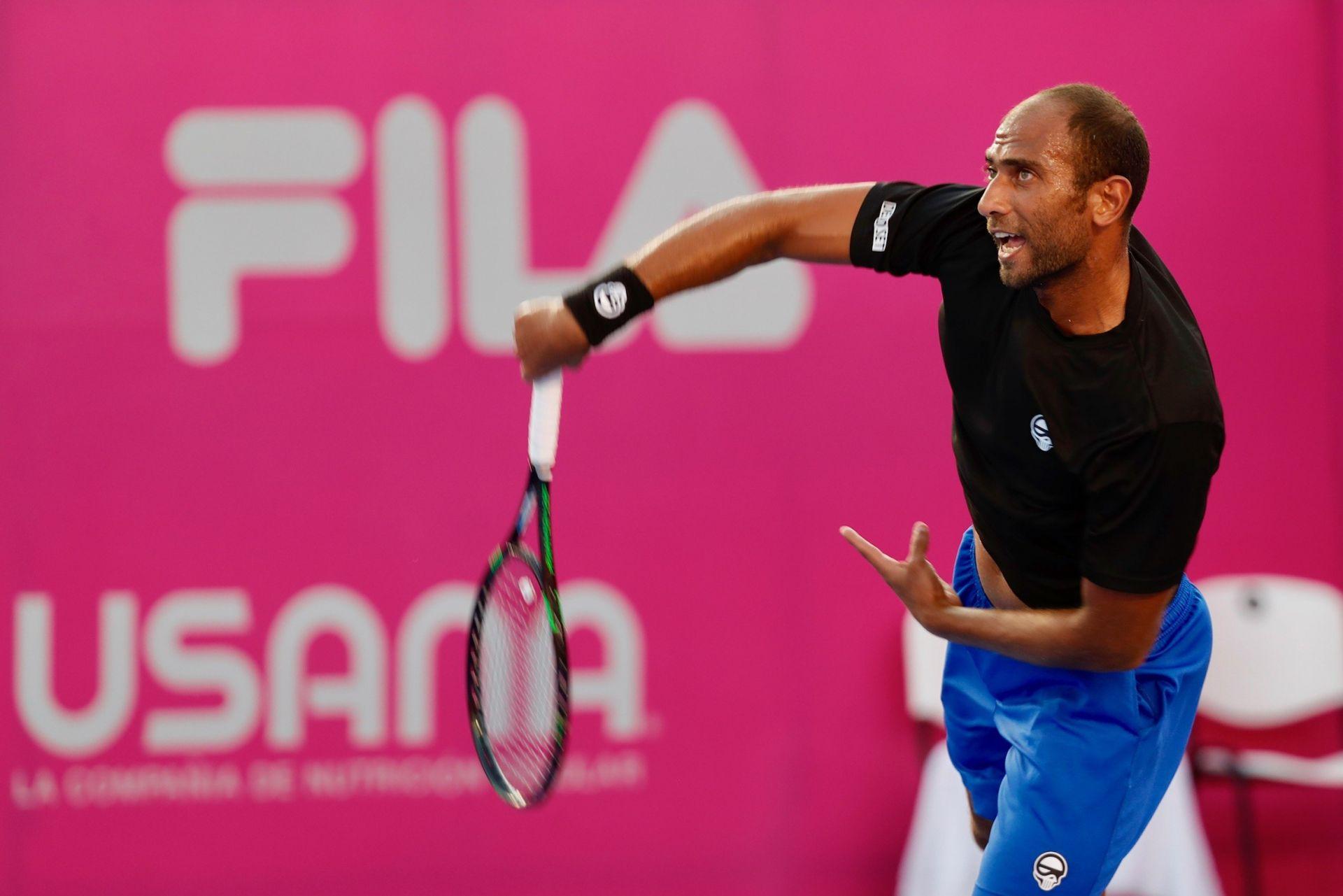El tenista egipcio Mohamed Safwat en acción ante el español Feliciano López hoy, martes 31 de julio de 2018, durante el segundo día del Abierto de Tenis Los Cabos, en Baja California Sur