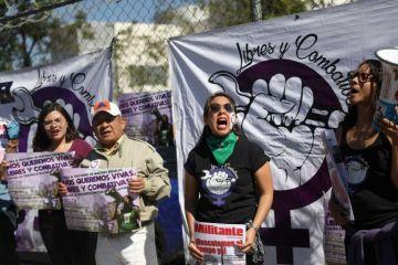 Feministas exigen justicia contra un violador frente al Reclusorio Oriente de