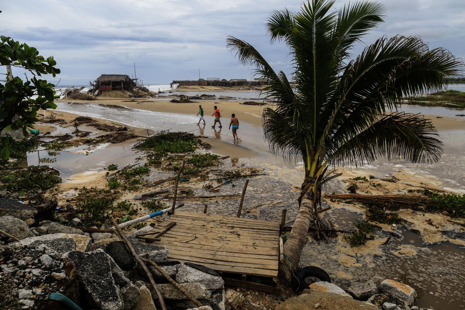 Huracán Bud se mantiene en categoría 3 y afecta costas mexicanas