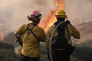 Casi 3,000 bomberos batallan contra el mayor incendio del año en California