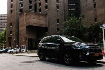FBI investiga muerte del magnate Jeffrey Epstein, quien apareció colgado en su