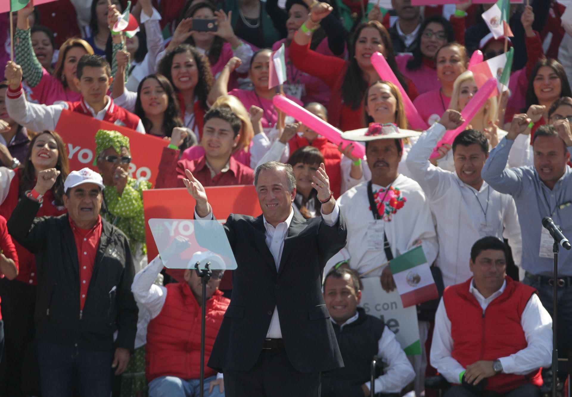José Antonio Meade (c) saluda durante su toma de protesta como candidato presidencial por el Partido Revolucionario Institucional (PRI)