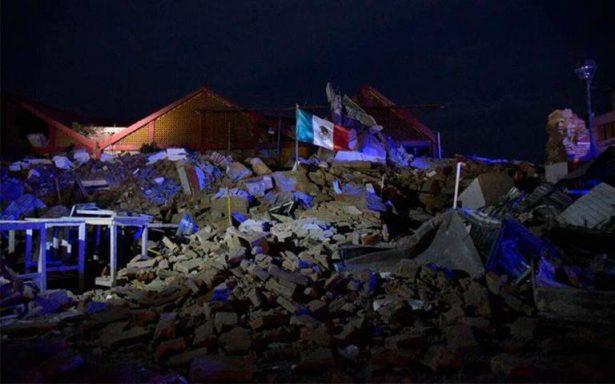 bandera en escombros de juchitan