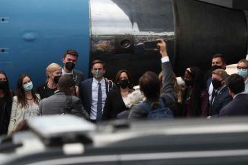 Vicepresidenta Kamala Harris regresa a Estados Unidos tras gira por México y