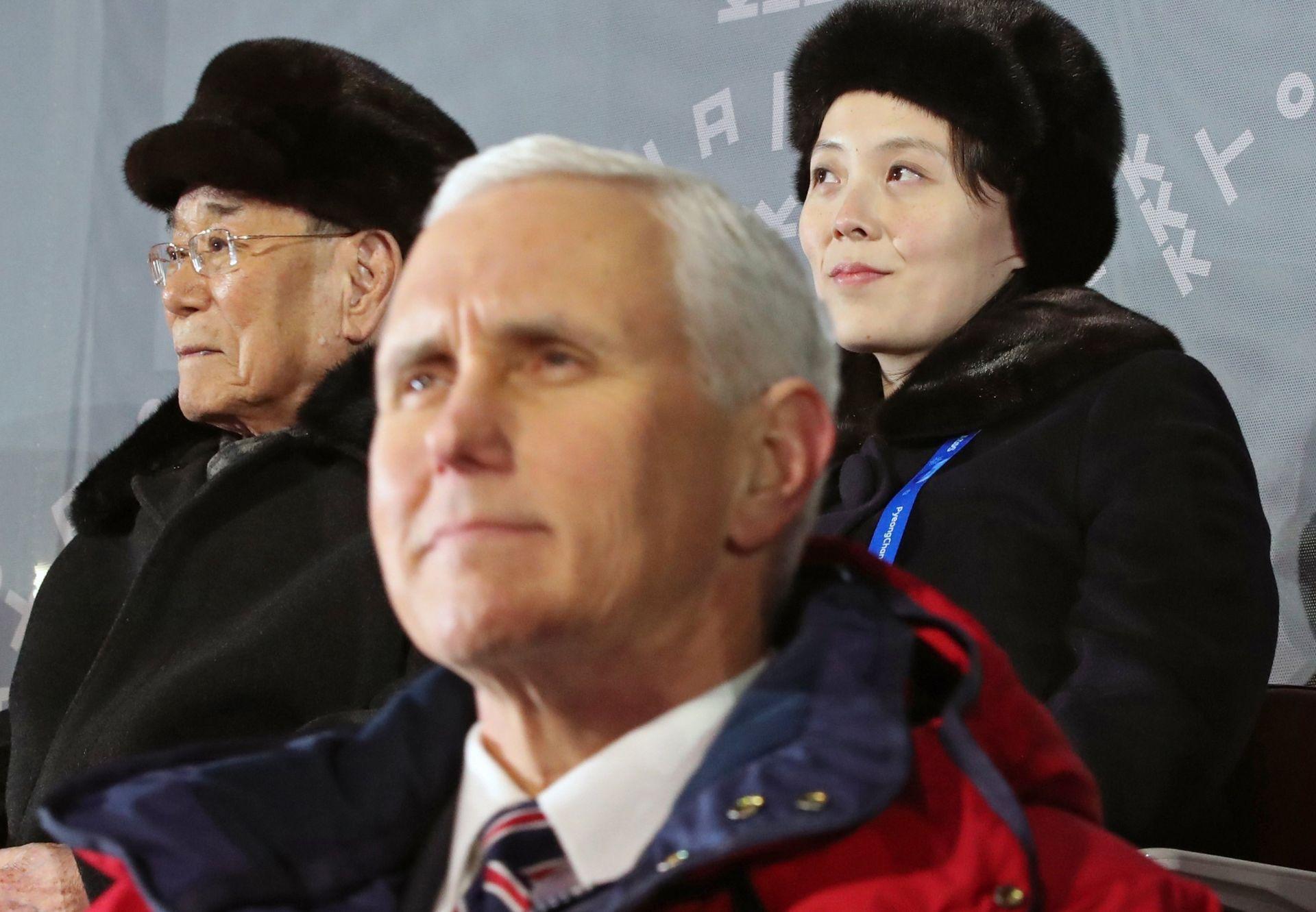 Kim Yo-jong (d), hermana del líder Kim Jong-un, y el presidente honorífico de Corea del Norte, Kim Yong-nam (i), sentados junto al vicepresidente de EE.UU, Mike Pence (c), mientras asisten a la ceremonia de inauguración de los Juegos Olímpicos