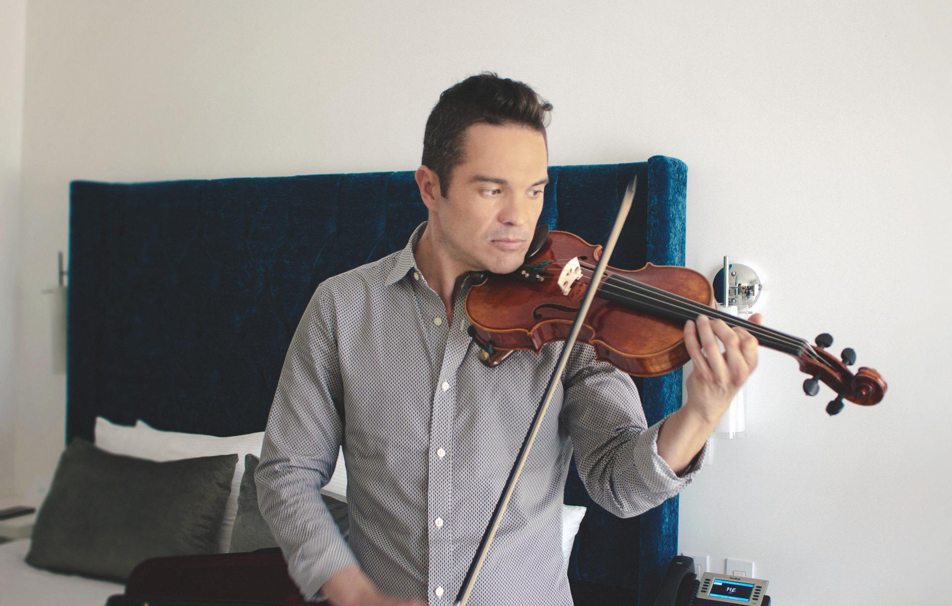 Kuno Becker toca el violín en exclusiva para Baja Press luego de una entrevista durante el Festival de Cine de Los Cabos
