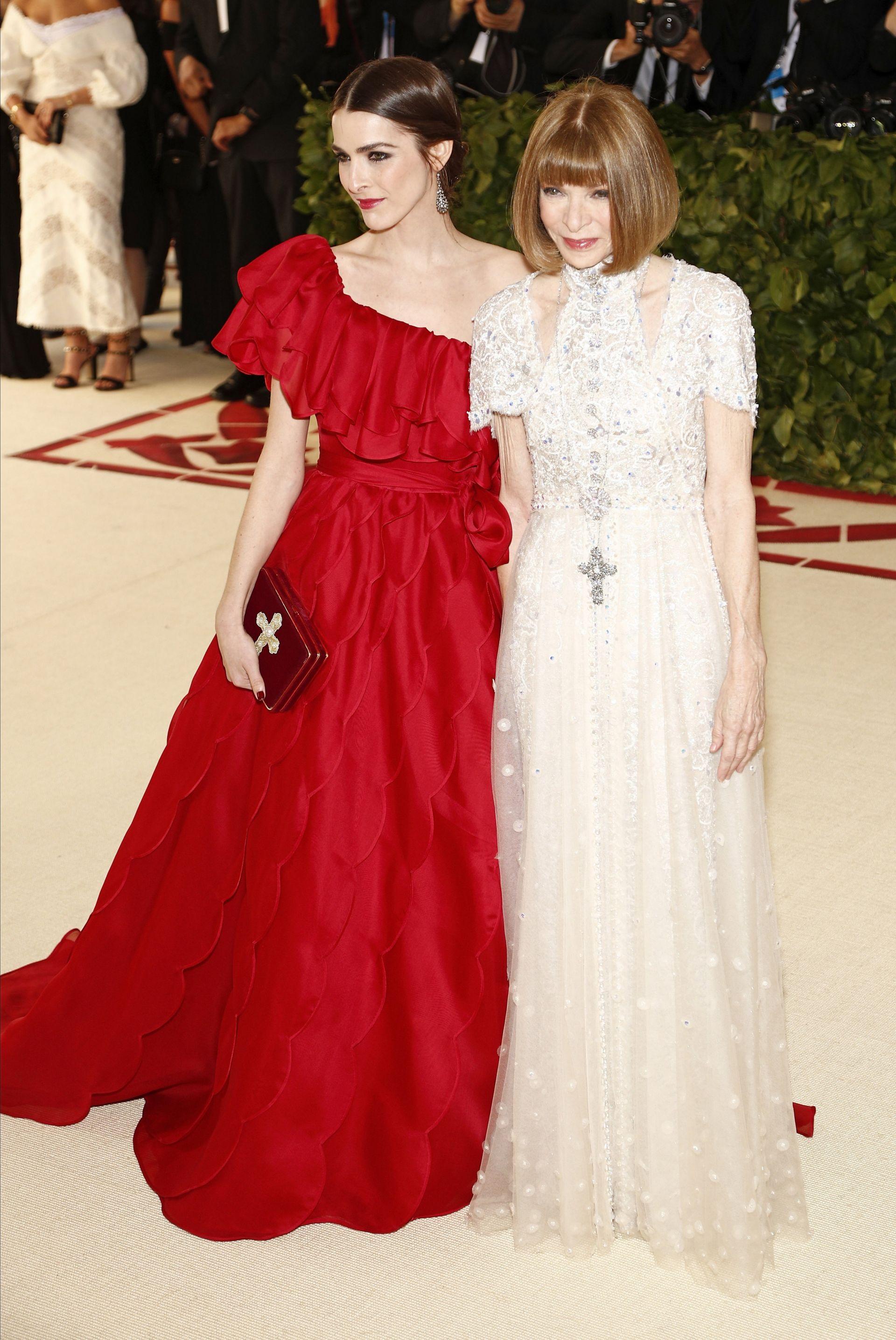 """La editora en jefe de Vogue, Anna Wintour (d), y su hija, Bee Shaffer (i), llegan a la alfombra roja del Costume Institute Gala, celebrando la inauguración de la exposición """"Cuerpos celestes: la moda y la imaginación católica"""""""
