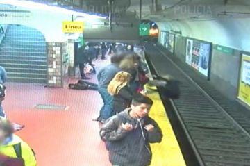 Hombre se desmaya y arroja a mujer a las vías del Metro