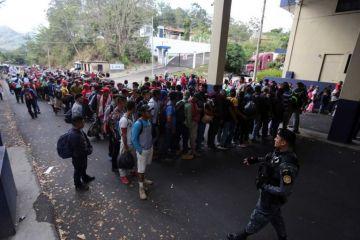 Más de 1,000 migrantes hondureños cruzan hacia Guatemala rumbo a Estados