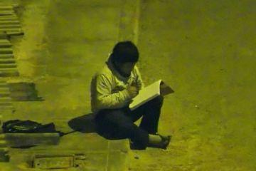 Hombre dona casa y escuela a niño que vio en video hacer sus tareas escolares