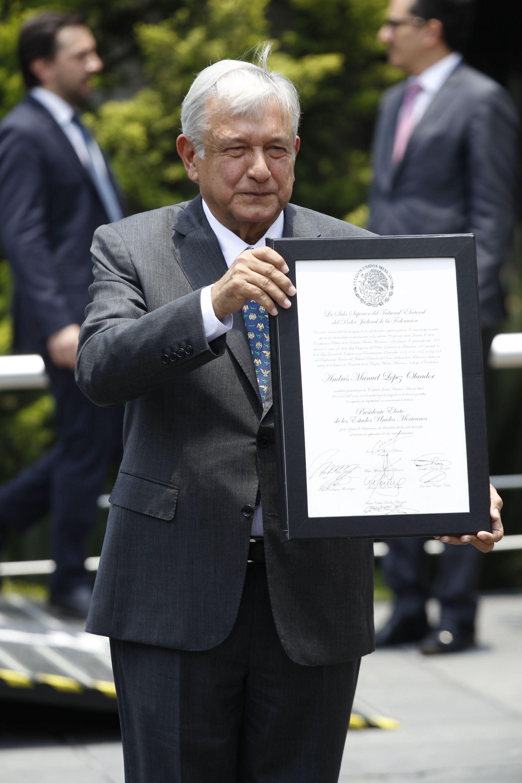 Seguidores del presidente electo de México, Andrés Manuel López Obrador, muestra hoy, miércoles 8 de agosto de 2018, su constancia de mayoría
