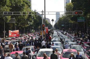 Taxistas protestan de forma masiva contra plataformas como Uber y Didi en la