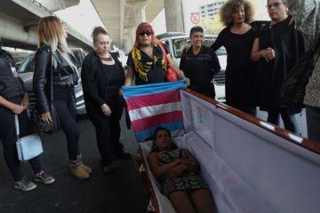 Mujeres trans bloquearon calles principales de la CDMX con ataúd para exigir