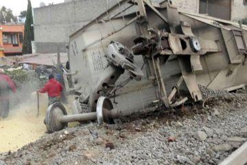 Cinco personas mueren al descarrilar un tren de carga en el centro de México