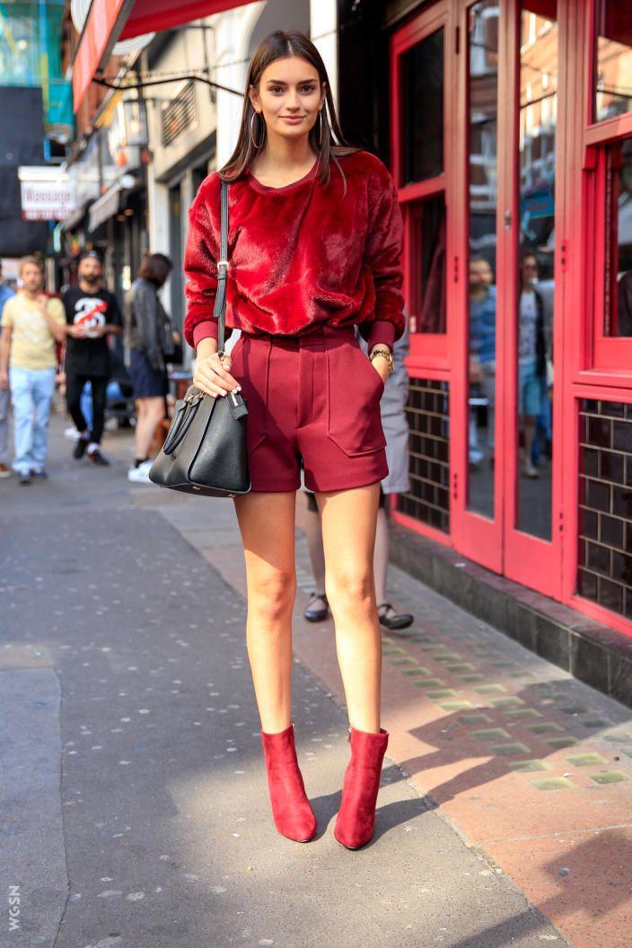 Chica en shorts y botines rojo
